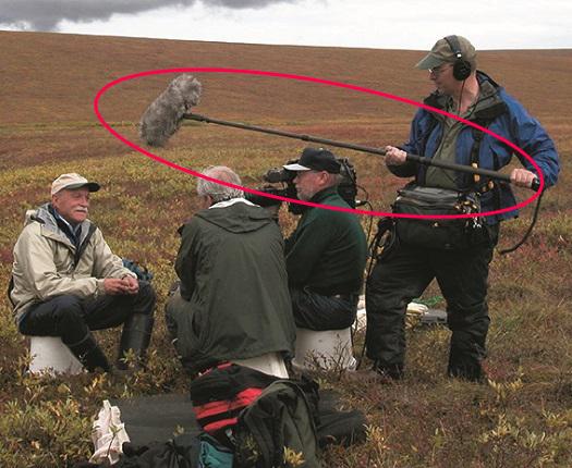 カメラからマイクを伸ばしてしゃべる人に近づける